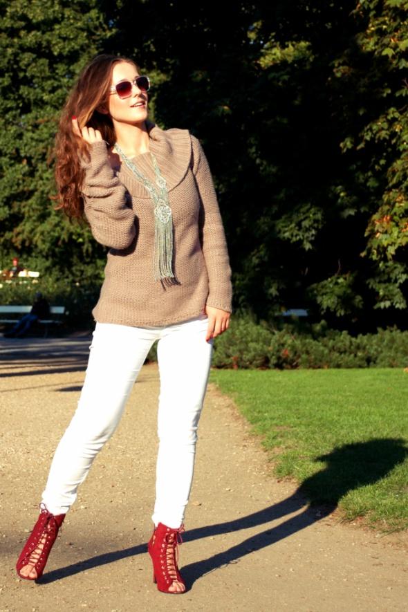 Codzienne białe spodnie i grupy sweter