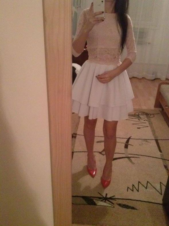 Na specjalne okazje sukienka koronkowa