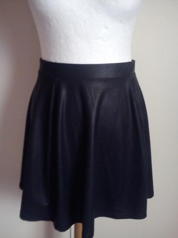 Spódnice Czarna rozkloszowana spodniczka STRADIVARIUS