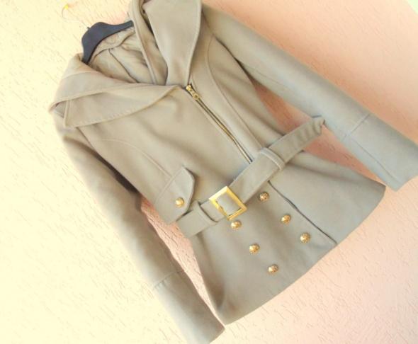 Beżowy płaszczyk płaszcz z kapturem taliowany