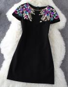 Czarna sukienka z kolorową aplikacją