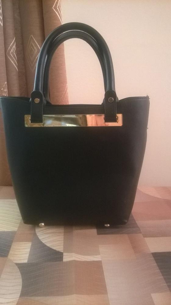 Czarna torebka MOHITO ze złotym paskiem