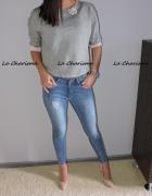 Elastyczne jeansy z zipami i przetarciami