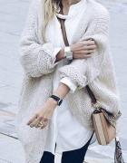 Luźny kardigan ecru i biała bluzka