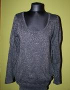Szary sweterek ze srebrną nitką oversize