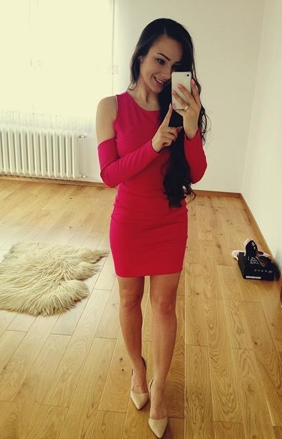 Sukienka z wycięciami na ramionach