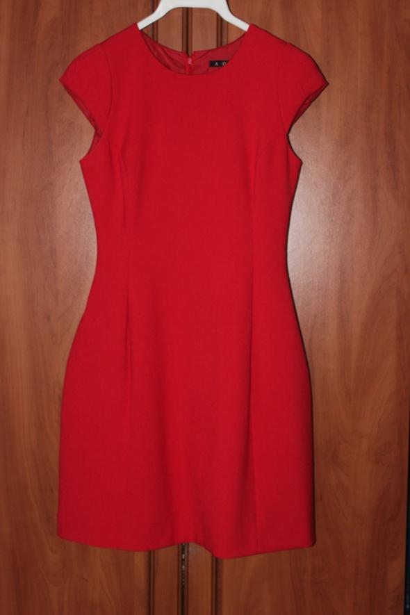 czerwona sukienka z krótkim rękawem...