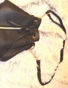 czarna torebeczka worek złoty łancuszek