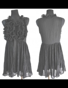 Czarna sukienka z żabotami...