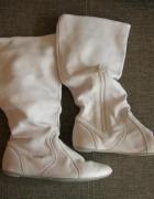 Białe wiosenne kozaczki Lacoste...