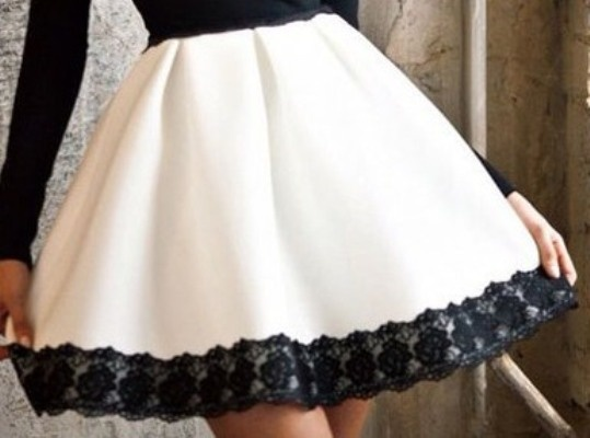 8742b707 Rozkloszowana czarno biała spódnica z koronką w Spódnice - Szafa.pl