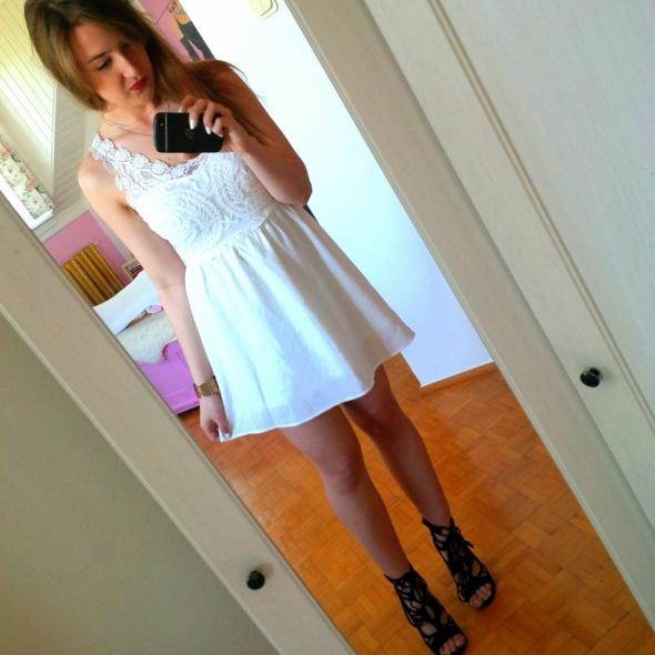 Mój styl Mała biała z koronką