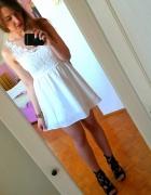 Mała biała z koronką