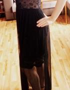 czarna zwiewna sukienka i złote sandałki