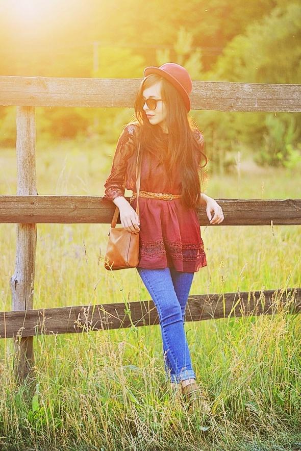 bordowa bluzka i jeansy