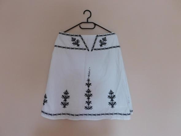 Spódnice Biała letnia spódnica z czarnym haftem 38 40