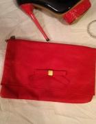 Czerwona torebka na łańcuszku z kokardką