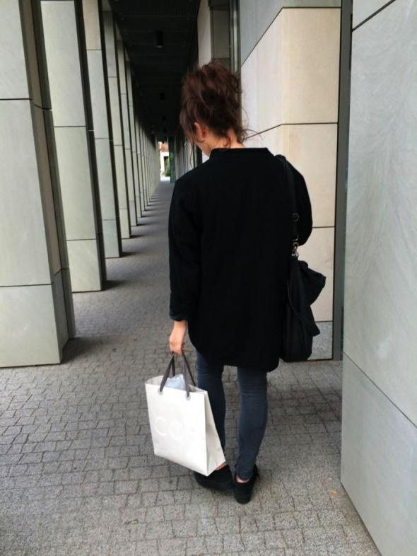 Mój styl czarny płaszcz Cos i niesforny koczek