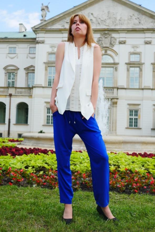 Biała przedłużana kamizelka z chabrowymi spodniami