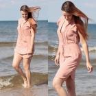 Różowa sukienka na plaży