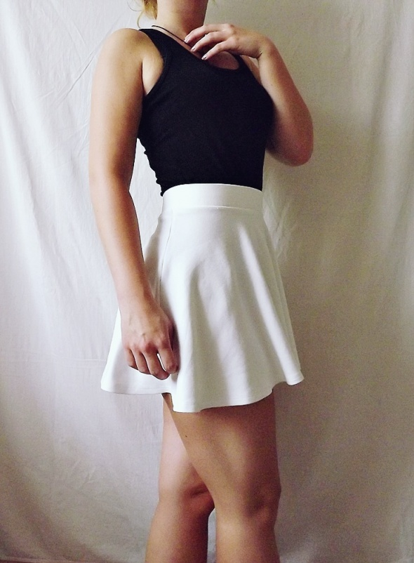 Spódnice Bershka biała mini spódniczka tenisowa klosz