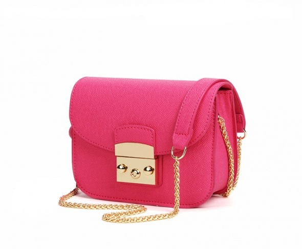 Rożowa torebka z łańcuszkiem