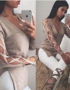 Modny sweterek z rozcięciami