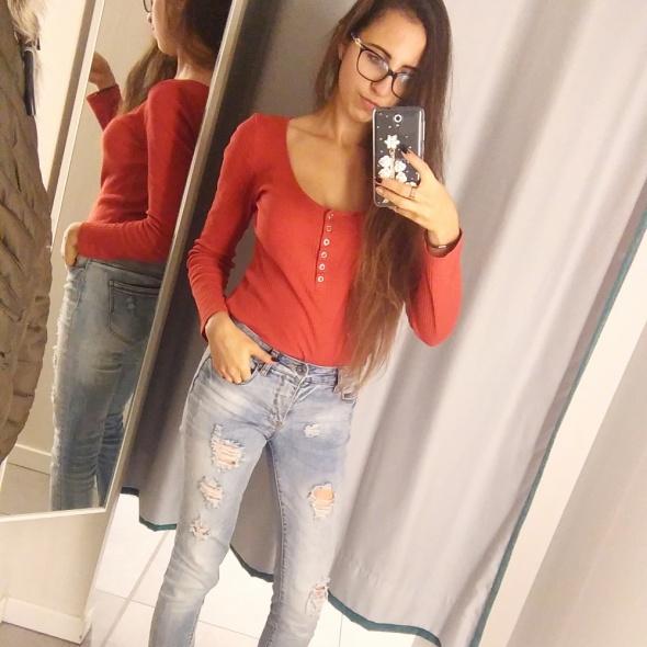 Codzienne Czerwona bluzka i ripped jeans