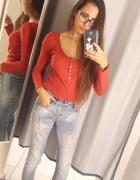 Czerwona bluzka i ripped jeans...