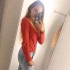 Czerwona bluzka i ripped jeans