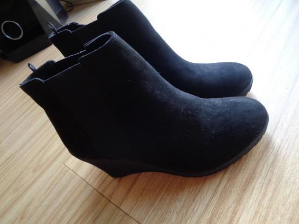 Buty, zamszowe, czarne na koturnie rozm. 37