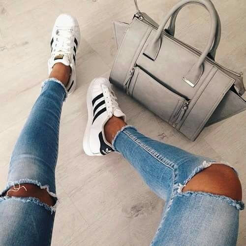jeansy z dziurami na kolanach...