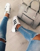 jeansy z dziurami na kolanach