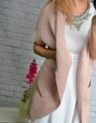 Sweter z blaszką pudrowy róż narzutka
