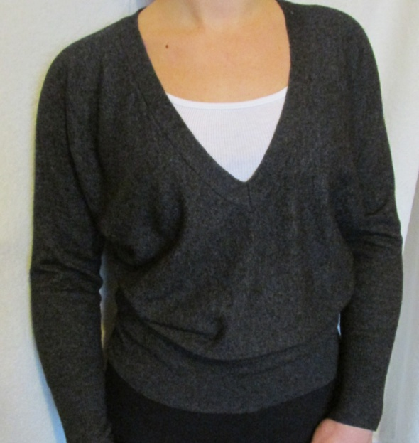 minimal style sweter dekolt V...