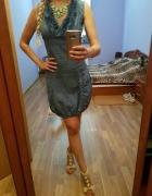 Sukienka z żabotem i kieszeniami