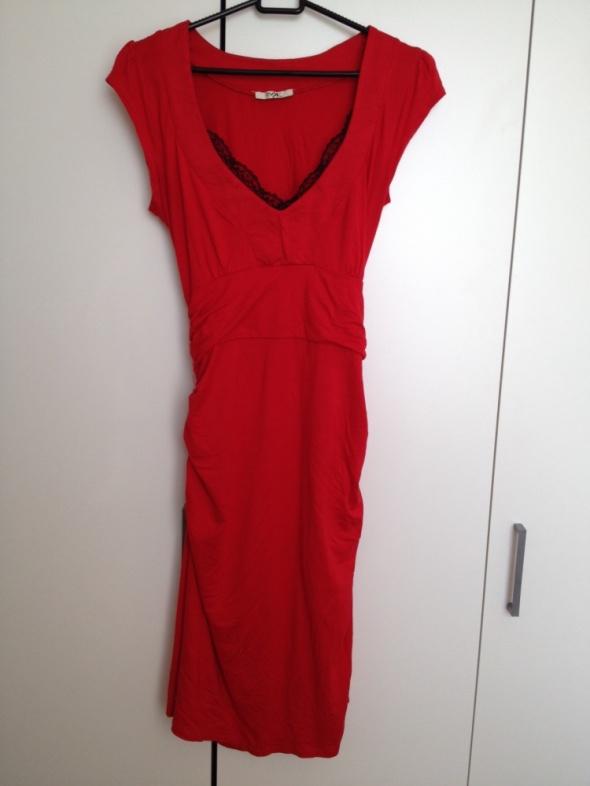 Czerwona sukienka wieczorowa z koronką...
