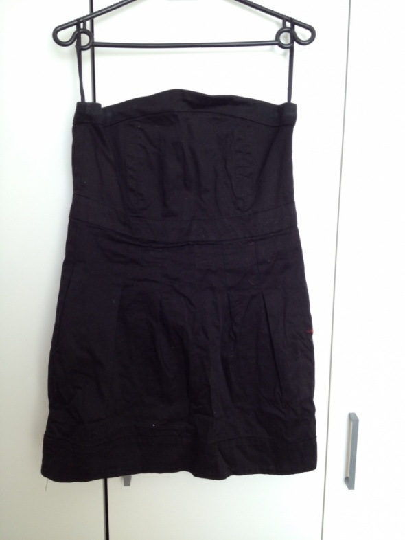 Mała czarna sukienka bez ramion...