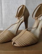 Eleganckie sandały na obcasie marki ZARA