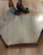 Sandały z zieloną kokardą