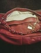 DKNY czerwona torebka ze złotym łańcuchem