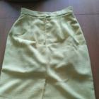 Żółta spódniczka z ozdobnymi guzikami