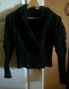 krotki czarny sweter z kolnierzem