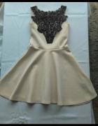 piankowa rozkloszowana sukienka ecru czarna koronk
