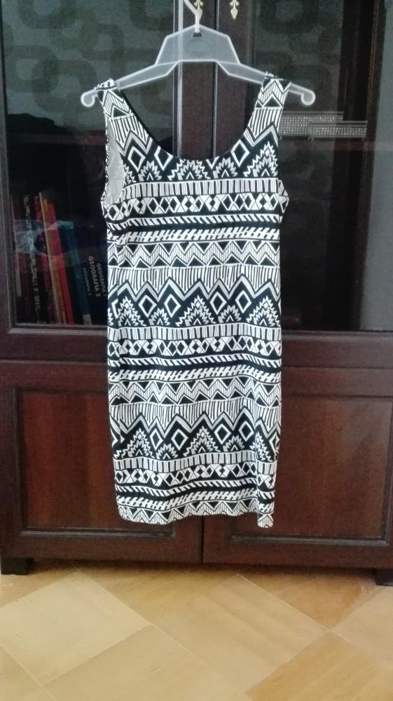 Obcisła sukienka we wzorki