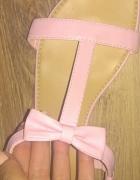 sandały z kokardką