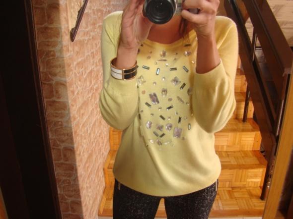 Codzienne Czarne rurki a la eko skórka zółty sweter kamienie