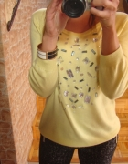 Czarne rurki a la eko skórka zółty sweter kamienie