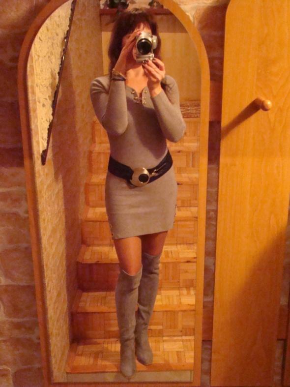 Szara sukienka ze złotem