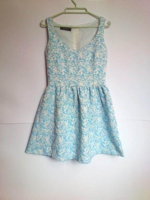 Ubrania RESERVED sukienka blekitna kwiaty rozkloszowana